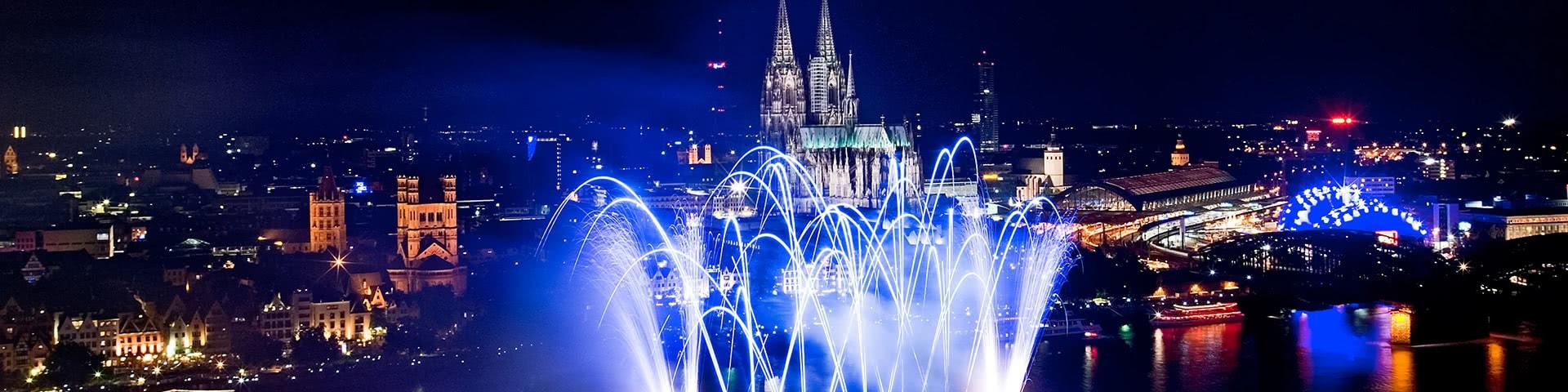 Feuerwerk auf dem Rhein mit Blick auf die Kölner Altstadt