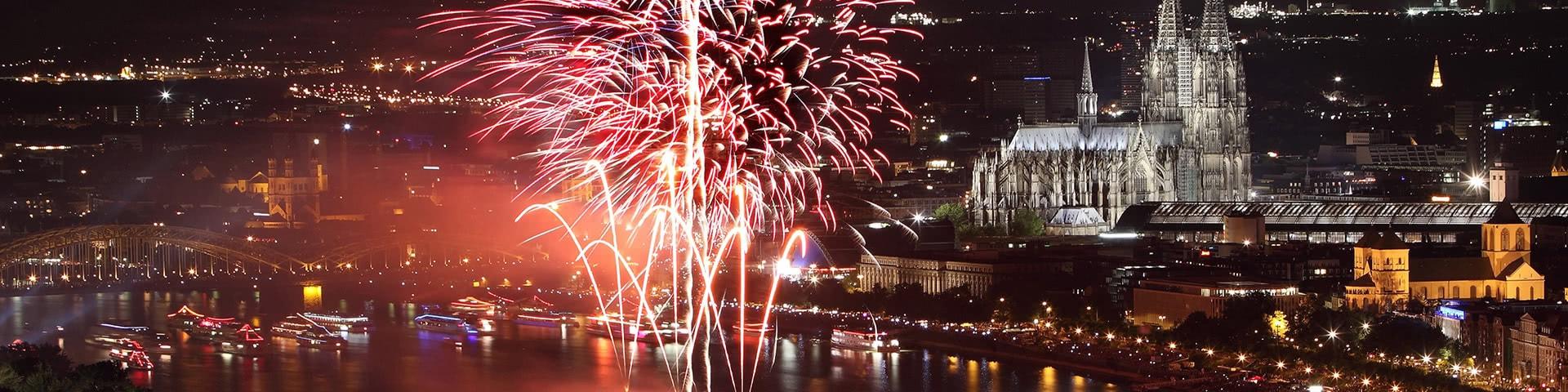 Feuerwerk auf dem Rhein bei den Kölner Lichtern