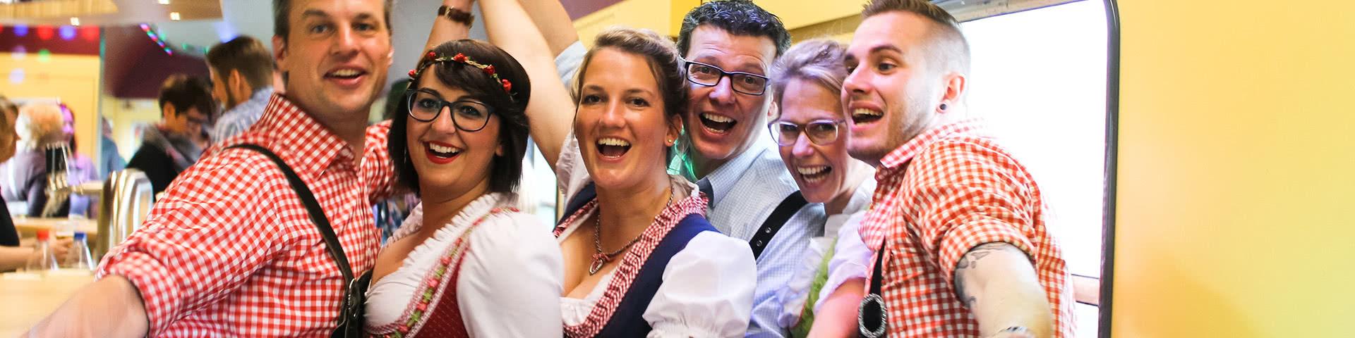 Fröhliche Gruppe in Tracht auf der Oktoberfest-Bootparty in Köln