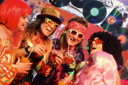 Verkleidete Menschen feiern Schlagerparty in Köln
