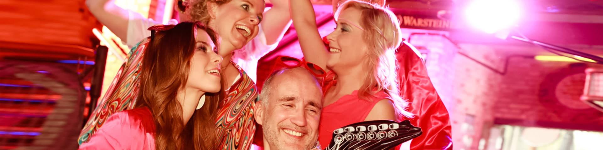Fröhliche Gruppe feiert Schlagerparty in Köln
