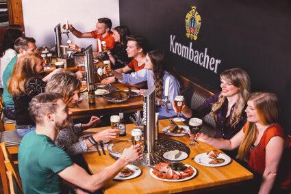 Gemeinsames Essen mit eingebauter Zapfanlage am Tisch in der Krombacher Erlebniswelt
