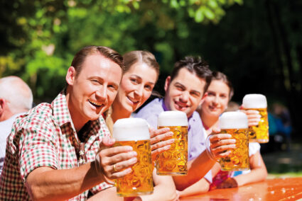 Gruppe sitzt in einem Biergarten in Kulmbach und trinkt BIer
