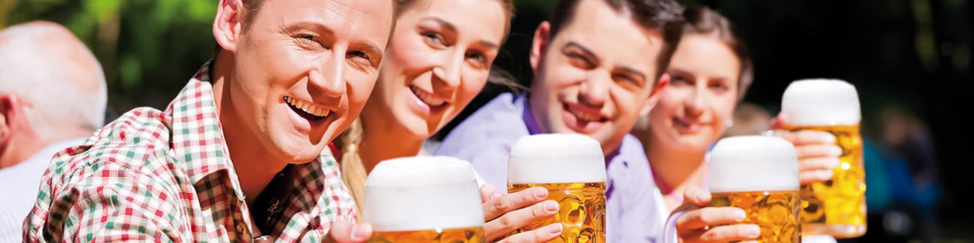 Gruppe sitzt in einem Bergarten in Kulmbach und trinkt BIer