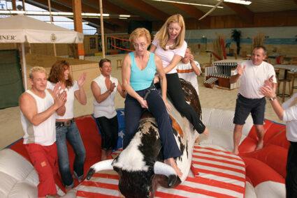 Gruppe macht Bullenreiten im Dorf Münsterland