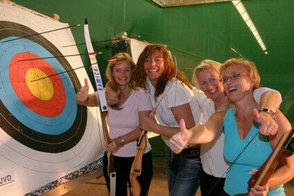 Frauengruppe macht gemeinsam Bogenschießen im Dorf Münsterland in Legden