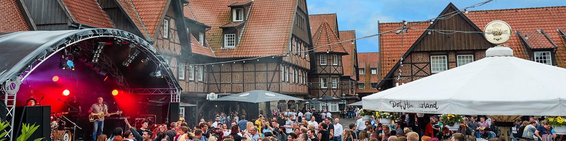 Geselligkeit auf dem Dorfplatz im Dorf Münsterland