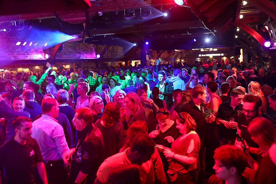 Ausgelassene Party in der Festscheune bei der Kegelparty im Dorf Münsterland in Legden