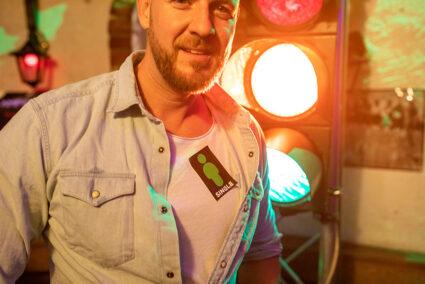 Mann steht vor einer Ampel und hat einen Single-Aufkleber auf seinem T-Shirt bei der Ampelparty in Legden