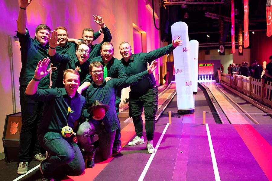 Fröhlicher Kegelclub auf der Kegelbahn bei der Kegelparty im Dorf Münsterland in Legden