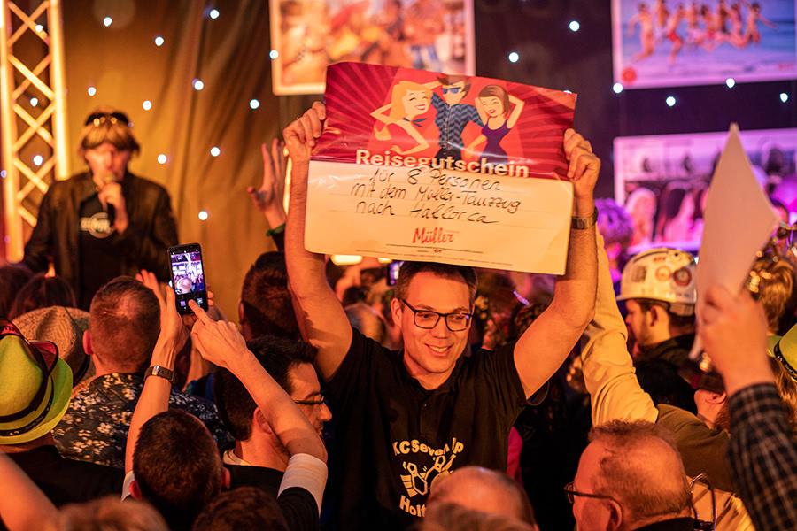 Sieger der Kegelparty im Dorf Münsterland hält den gewonnen Gutschein hoch