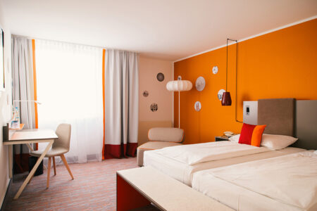 Zimmer im Vienna House Easy in Limburg orange Wand