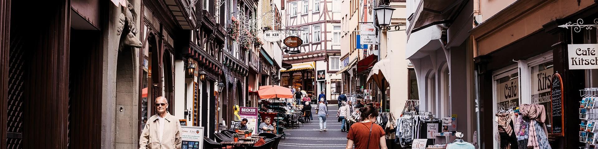 Gasse mit Geschäften in der Altstadt von Linz