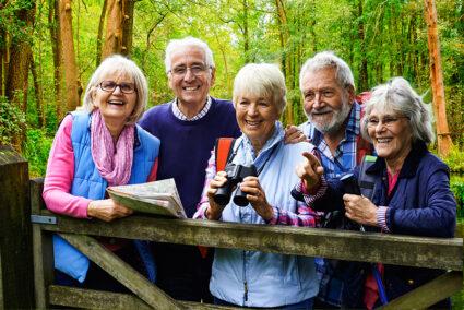 Glückliche Gruppe bei einer Wanderung durch den Spreewald in Luebben