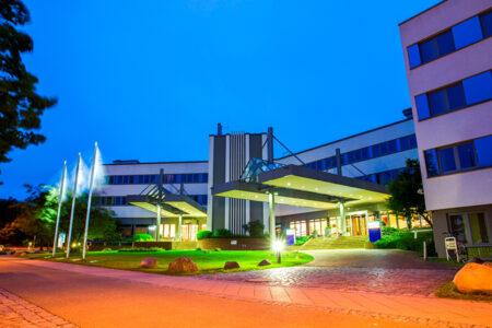 Außenansicht Hotel Park Inn by Radisson Lübeck bei Dämmerung