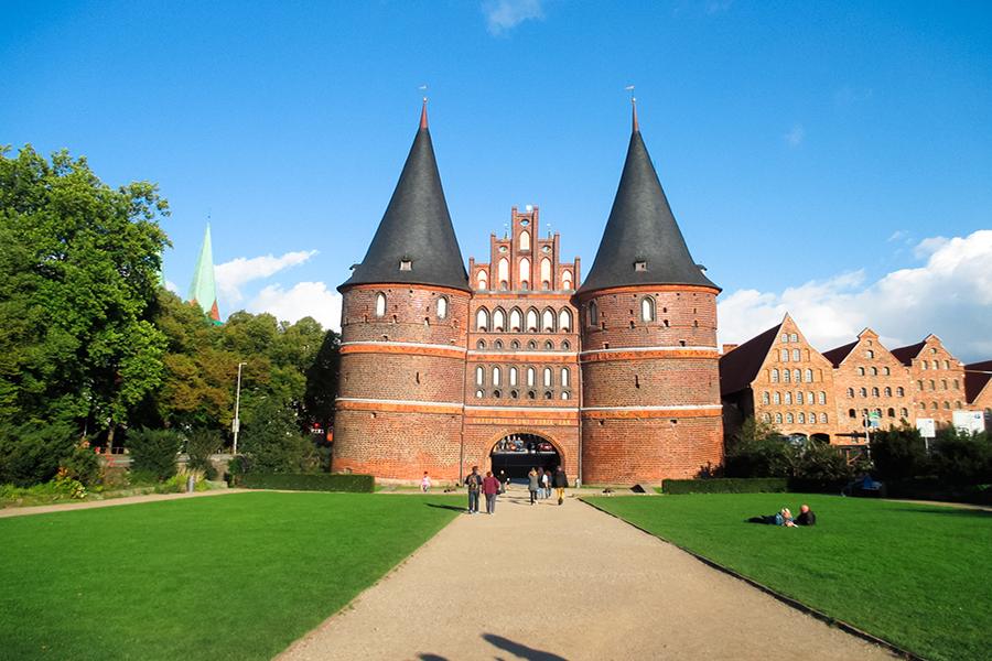 Holstentor in Lübeck bei Sonnenschein