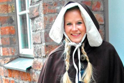 Frau verkleidet im historischen Kostüm in Lübeck