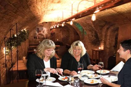 Frauengruppe isst zusammen in Gambrinuskeller in Lübeck
