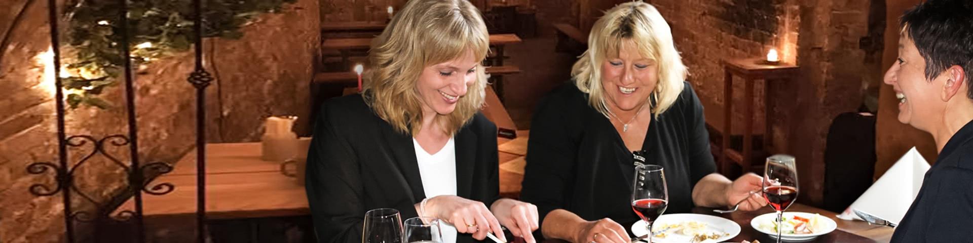 Frauengruppe isst gemeinsam im Gambrinuskeller in Lübeck