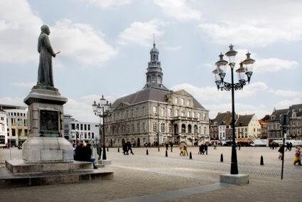 Marktplatz mit hisorischen Gebäude und einer Statue in Masstricht