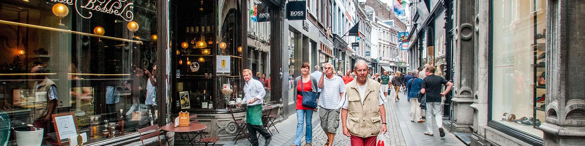 Belebte Einkaufsstraße in der Innenstadt von Maastricht