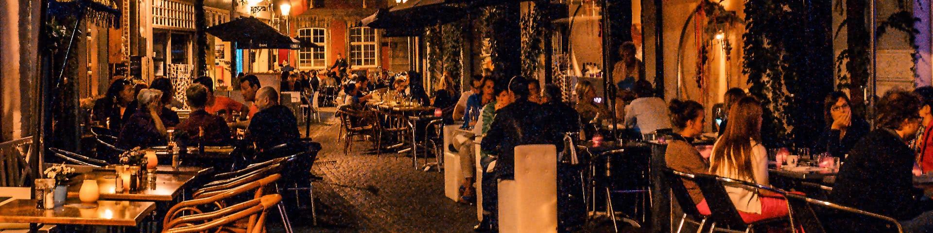 Kneipen in der Altstadt bei Dunkelheit