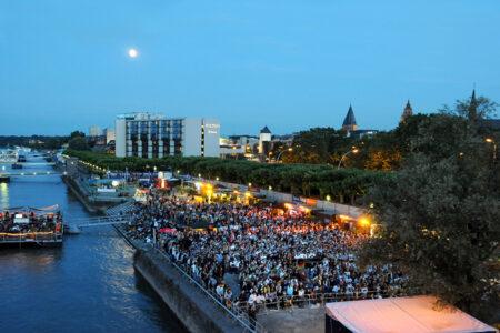 Fest am Ufer des Rheins in Mainz