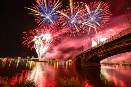 Feuerwerk über dem Rhein bei den Mainzer Lichtern