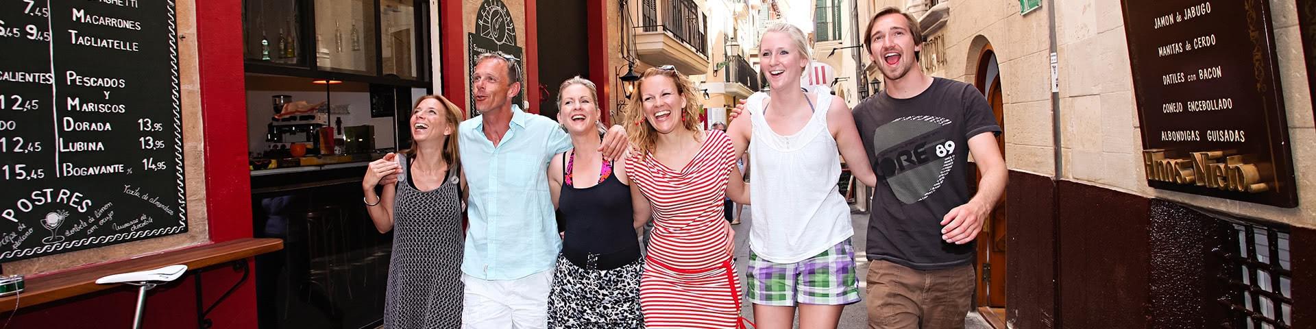 Gut gelaunte Gruppe in der Altstadt von Palma de Mallorca