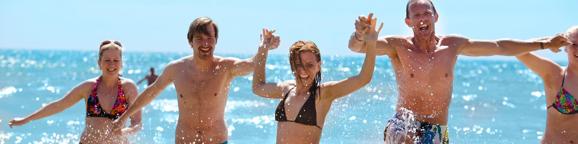 Gruppe hat gemeinsam Spaß im Meer auf Mallorca