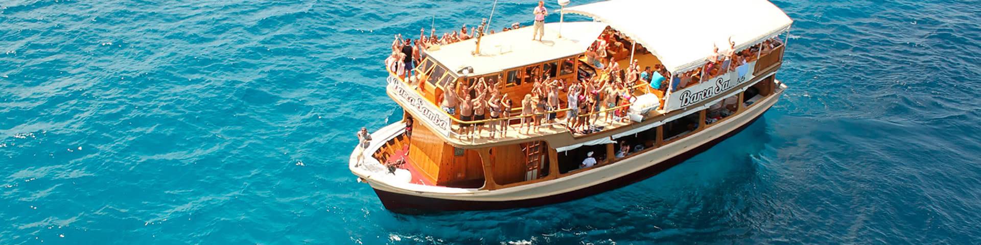 Feiernde Menschen auf dem Partyschiff