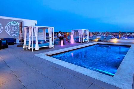 Poolbereich im Hotel MLL Indico Rock auf Mallorca bei Dämmerung