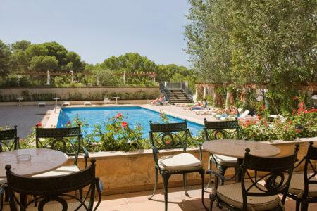 Terasse mit Blick auf den Poolim Hotel Ipanema Beach auf Mallorca