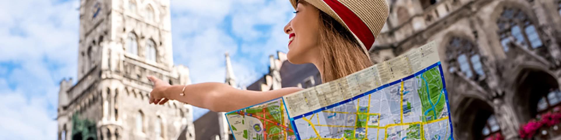 Frau mit Stadtkarte auf dem MArienplatz in München