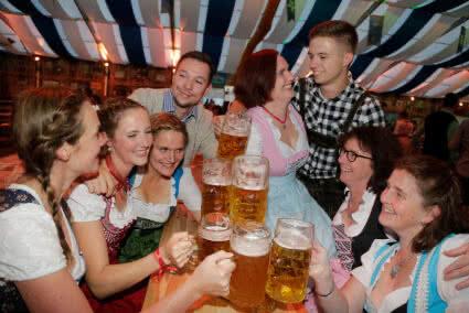 Gruppe trinkt zusammen Bier auf dem Oktoberfest in Münster