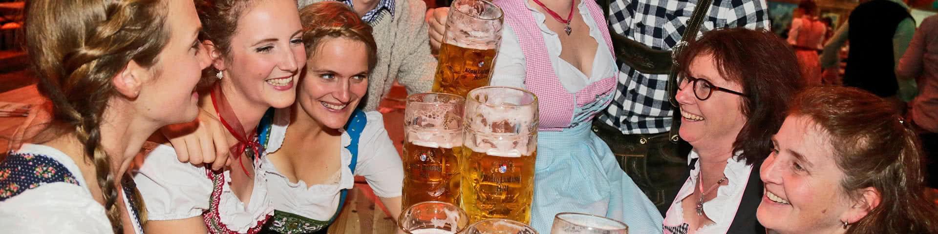 Gruppe trinkt gemeinsam BIer auf dem Oktoberfest in Münster