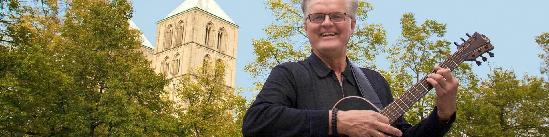 Sänger Clemens August vor dem St. Paulus Dom in Münster