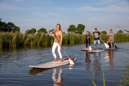 Gruppe geht gemeinsam stand-up-paddeln i Neuharlingersiel