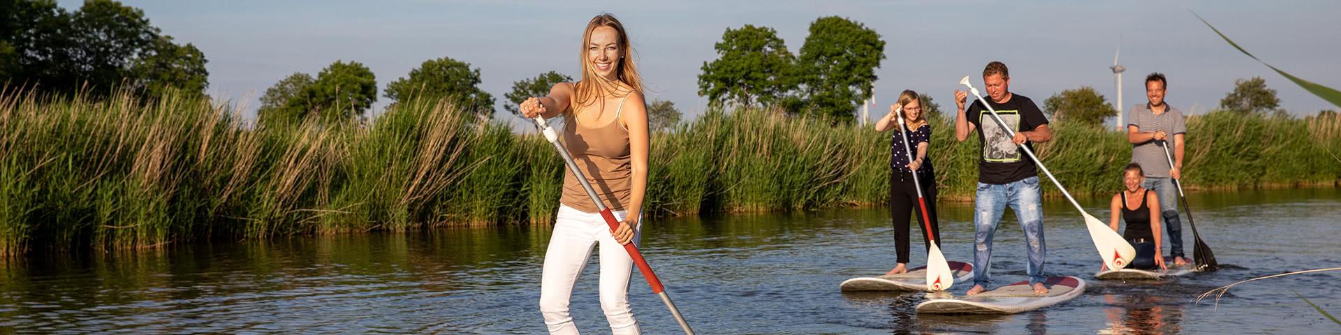 Spaß beim stand-up-paddeln in Neuharlingersiel