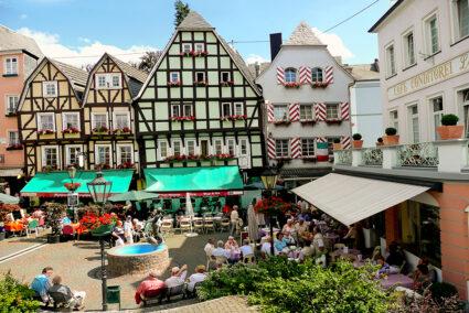 Menschen vor Café am Burgplatz in Linz am Rhein