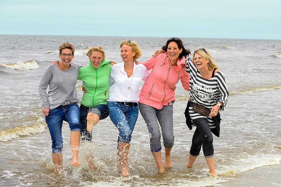 Gut gelaunte Frauengruppe am Strand von Norderney