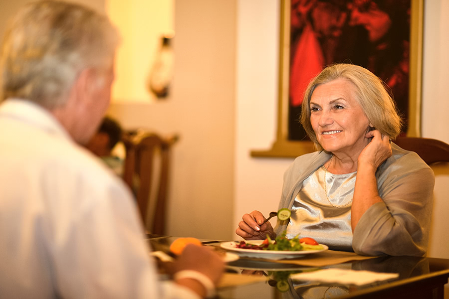 Pärchen isst gemeinsam in einem Restaurant auf Norderney