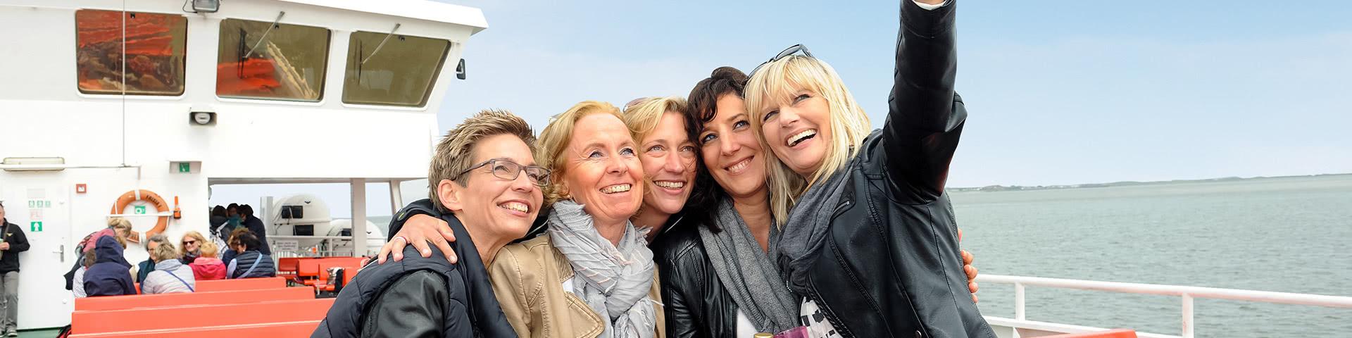 Frauengruppe macht Selfie auf einem Schiff auf Norderney