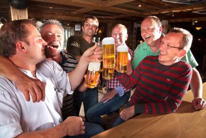Männergrupee sitzt geminsam an einer Bar in Oberursel und trinkt Bier