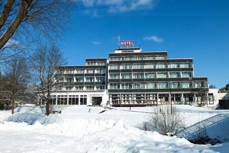 Außenansicht bei Schnee vom Parkhotel Olsberg
