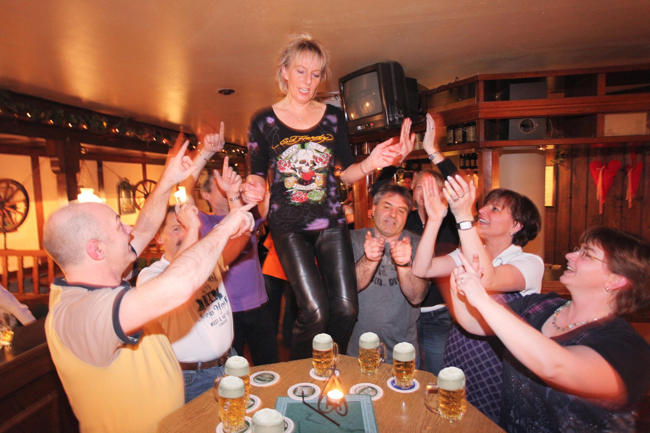 Frau tanzt auf dem Tisch in Olsberg