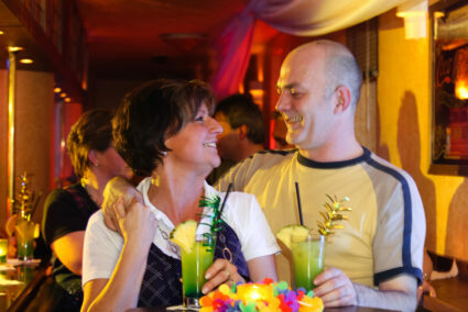 Pärchen trinkt Cocktails in Olsberg