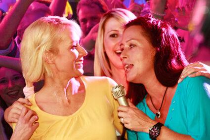 Zwei Frauen singen Karaoke in Olsberg