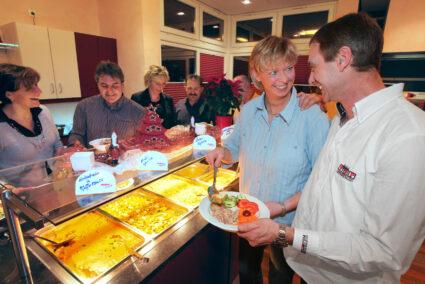 Gruppe bedient sich am Buffet in Olsberg
