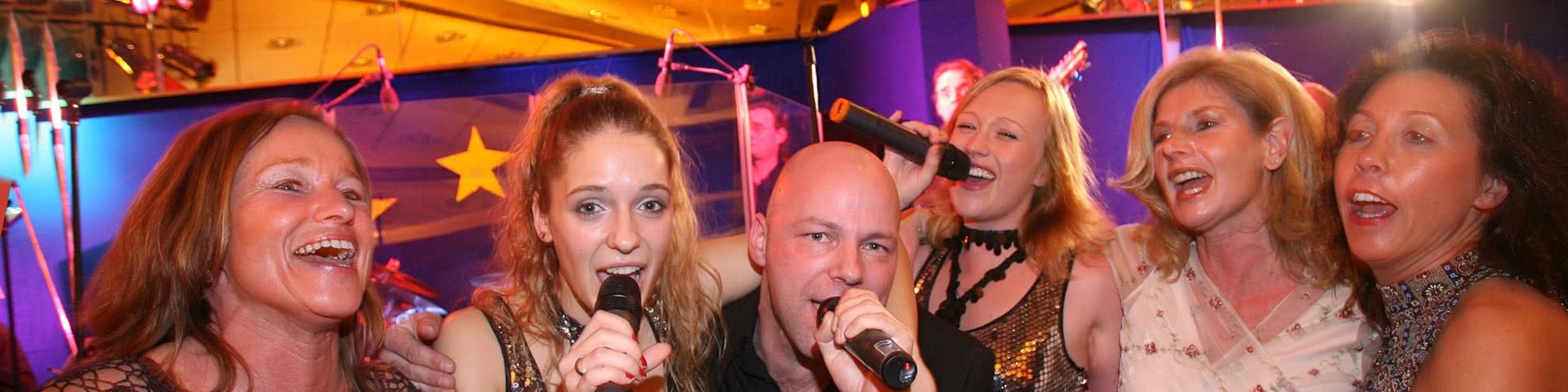 Gut gelaunte Gruppe singt Karaoke in Olsberg